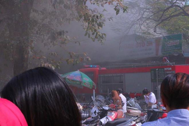 Hà Nội: Cháy lớn ở garage ô tô trên đường Ngụy Như Kon Tum, khói đen bốc lên nghi ngút, từ xa cũng nhìn thấy - Ảnh 4.