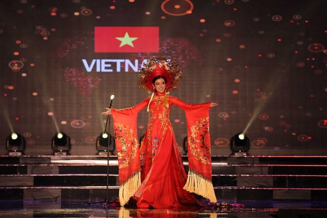 Á hậu Huyền My mặc áo dài nặng 30kg đẹp nổi bật lấn át dàn thí sinh trong đêm thi trang phục dân tộc - ảnh 1