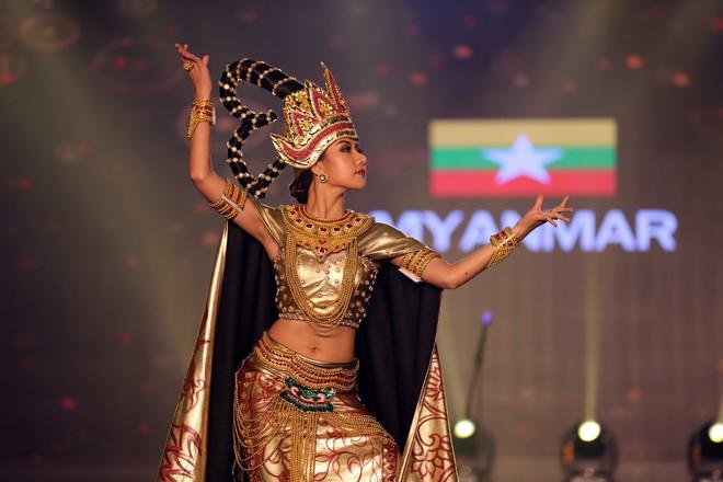 Á hậu Huyền My mặc áo dài nặng 30kg đẹp nổi bật lấn át dàn thí sinh trong đêm thi trang phục dân tộc - ảnh 10