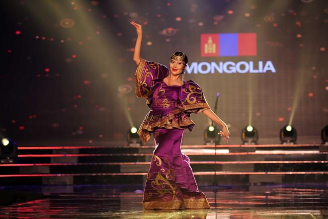 Á hậu Huyền My mặc áo dài nặng 30kg đẹp nổi bật lấn át dàn thí sinh trong đêm thi trang phục dân tộc - ảnh 11