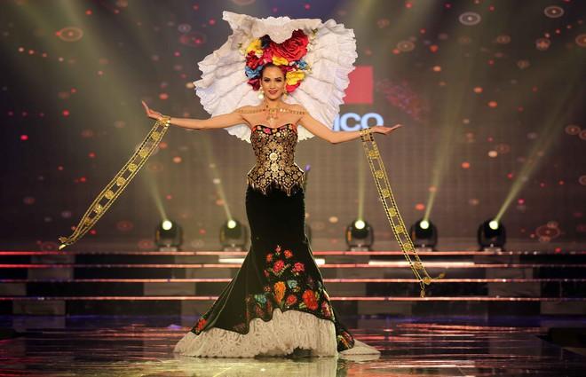 Á hậu Huyền My mặc áo dài nặng 30kg đẹp nổi bật lấn át dàn thí sinh trong đêm thi trang phục dân tộc - ảnh 12