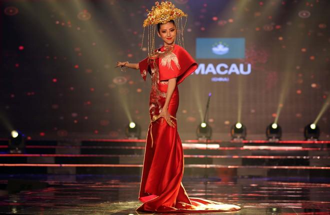 Á hậu Huyền My mặc áo dài nặng 30kg đẹp nổi bật lấn át dàn thí sinh trong đêm thi trang phục dân tộc - ảnh 14