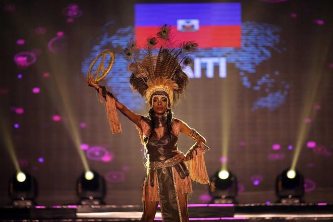 Á hậu Huyền My mặc áo dài nặng 30kg đẹp nổi bật lấn át dàn thí sinh trong đêm thi trang phục dân tộc - ảnh 18