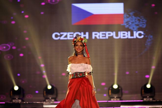 Á hậu Huyền My mặc áo dài nặng 30kg đẹp nổi bật lấn át dàn thí sinh trong đêm thi trang phục dân tộc - ảnh 21