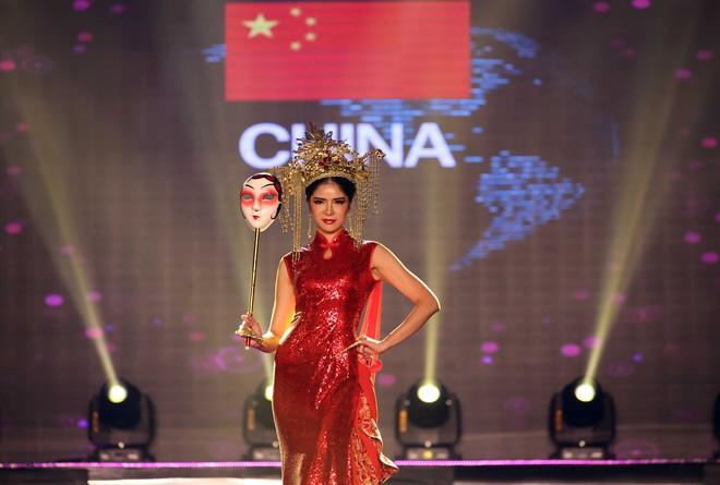 Á hậu Huyền My mặc áo dài nặng 30kg đẹp nổi bật lấn át dàn thí sinh trong đêm thi trang phục dân tộc - ảnh 24