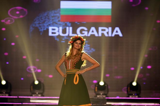Á hậu Huyền My mặc áo dài nặng 30kg đẹp nổi bật lấn át dàn thí sinh trong đêm thi trang phục dân tộc - ảnh 26