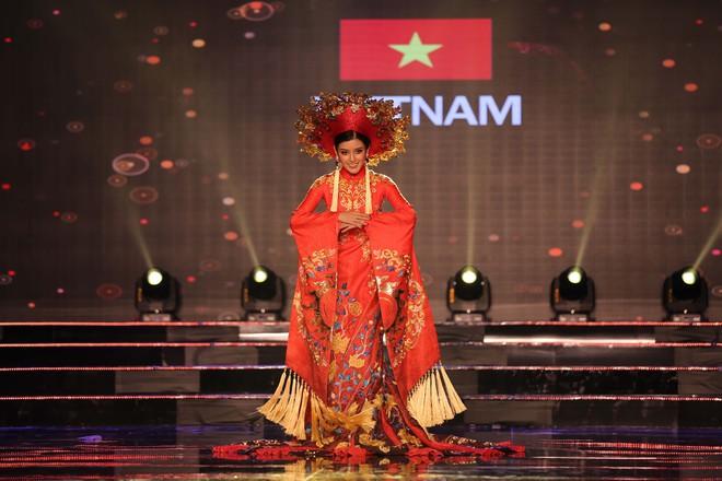 Á hậu Huyền My mặc áo dài nặng 30kg đẹp nổi bật lấn át dàn thí sinh trong đêm thi trang phục dân tộc - ảnh 2