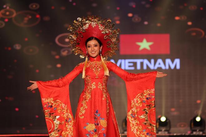 Á hậu Huyền My mặc áo dài nặng 30kg đẹp nổi bật lấn át dàn thí sinh trong đêm thi trang phục dân tộc - ảnh 4
