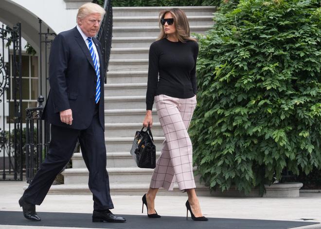 Loạt trang phục gây chú ý của bà Melania Trump: Bộ được khen nức nở, bộ lại bị chê không thương tiếc  - Ảnh 21.