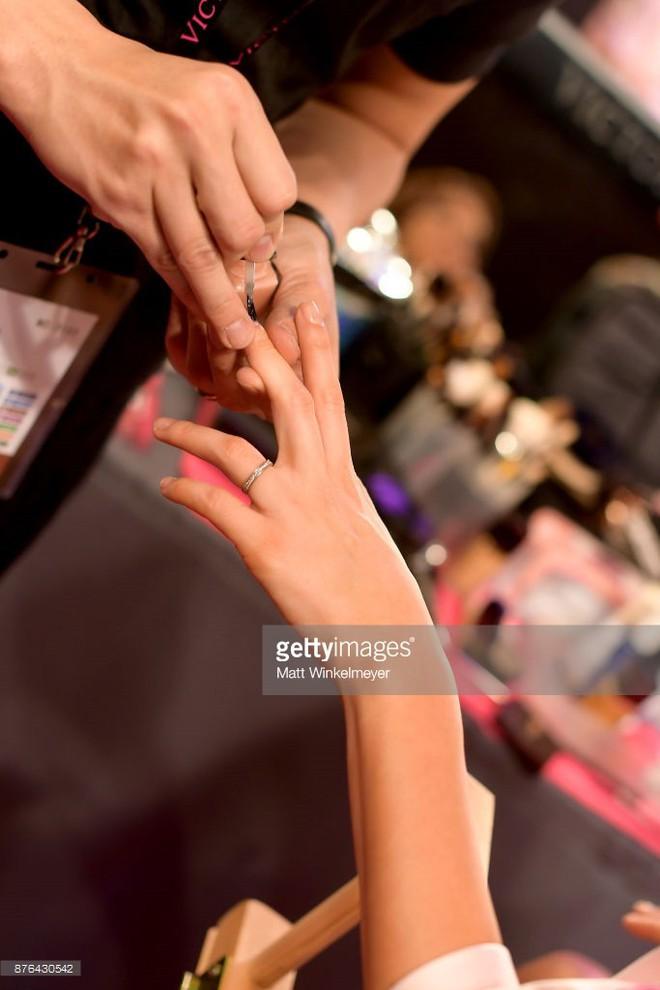 Tận tối mới diễn, nhưng giờ các thiên thần Victorias Secret đã bắt đầu trang điểm, làm tóc - Ảnh 36.