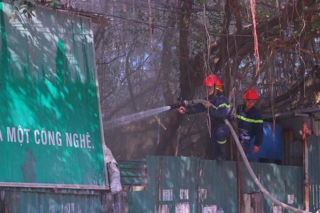 Hà Nội: Cháy lớn ở garage ô tô trên đường Ngụy Như Kon Tum, khói đen bốc lên nghi ngút, từ xa cũng nhìn thấy - Ảnh 5.