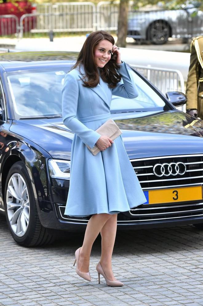 Tổng kết năm 2017, Công nương Kate đã chi khoảng 3.5 tỷ đồng mua sắm quần áo - Ảnh 20.