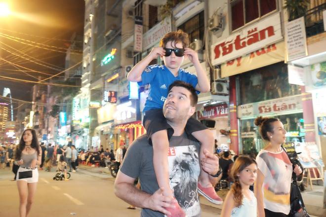 Phụ huynh Sài Gòn thích thú dẫn trẻ nhỏ dạo chơi khi phố Tây Bùi Viện thành phố đi bộ - Ảnh 12.