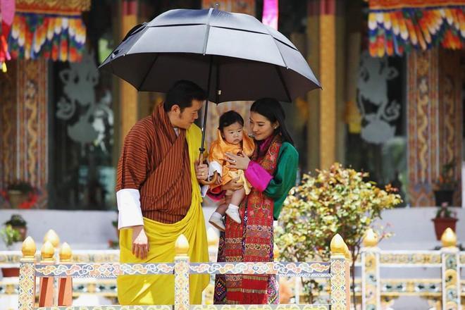 Hoàng hậu trẻ tuổi nhất thế giới cùng chuyện tình cổ tích: xuất thân thường dân, 7 tuổi đã được Quốc vương cầu hôn - Ảnh 4.