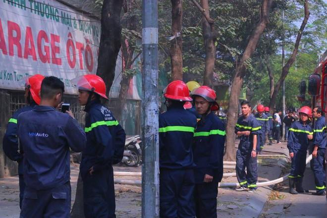 Hà Nội: Cháy lớn ở garage ô tô trên đường Ngụy Như Kon Tum, khói đen bốc lên nghi ngút, từ xa cũng nhìn thấy - Ảnh 7.