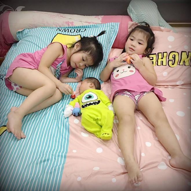 Không cần đánh mắng, cách mẹ của 2 em bé Việt bắn tiếng Anh như gió dạy con nhận lỗi khiến ai cũng thích thú - Ảnh 5.