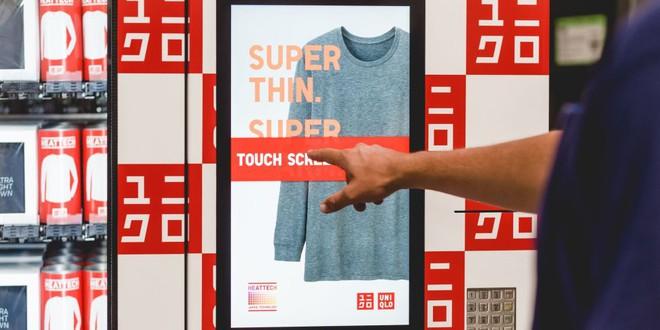 Không phải xếp hàng dài chờ thanh toán, Uniqlo giờ đây đã có máy bán quần áo tự động  - Ảnh 1.