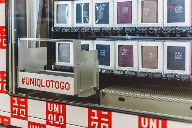 Không phải xếp hàng dài chờ thanh toán, Uniqlo giờ đây đã có máy bán quần áo tự động  - Ảnh 2.