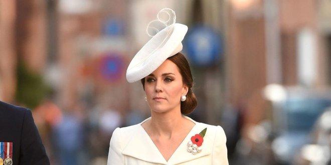 Đây là cách tinh tế công nương Kate vẫn dùng để giấu chuyện bầu bí trước ngày hoàng đạo được công bố chính thức - Ảnh 1.