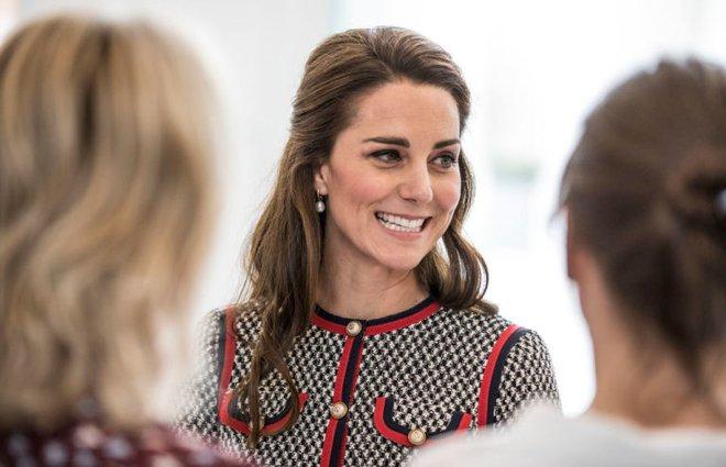 Đây là cách tinh tế công nương Kate vẫn dùng để giấu chuyện bầu bí trước ngày hoàng đạo được công bố chính thức - Ảnh 2.