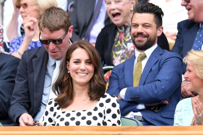 Đây là cách tinh tế công nương Kate vẫn dùng để giấu chuyện bầu bí trước ngày hoàng đạo được công bố chính thức - Ảnh 3.