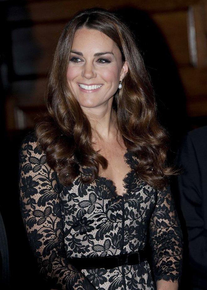Đây là cách tinh tế công nương Kate vẫn dùng để giấu chuyện bầu bí trước ngày hoàng đạo được công bố chính thức - Ảnh 6.