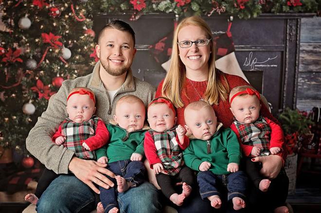 Cặp sinh năm siêu đáng yêu chào đón Giáng sinh đầu tiên trong đời - Ảnh 6.