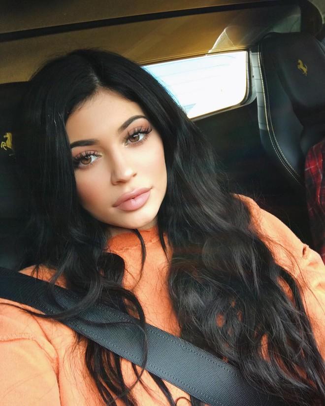 Cả showbiz Việt bây giờ toàn chạy theo phong cách trang điểm mắt đậm môi tều giống Kylie Jenner - Ảnh 4.