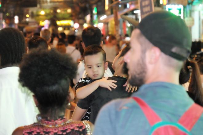 Phụ huynh Sài Gòn thích thú dẫn trẻ nhỏ dạo chơi khi phố Tây Bùi Viện thành phố đi bộ - Ảnh 13.