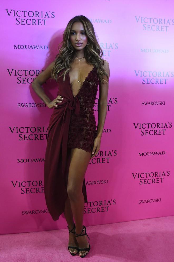 Mỹ nhân Tình người duyên ma khoe thân hình đồng hồ cát trên thảm hồng Victoria's Secret 2017 - Ảnh 17.