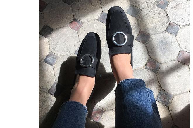 Giày loafer mùa thu năm nào cũng hot, nhưng năm nay thiết kế được đổi mới vuông thành sát cạnh - Ảnh 2.