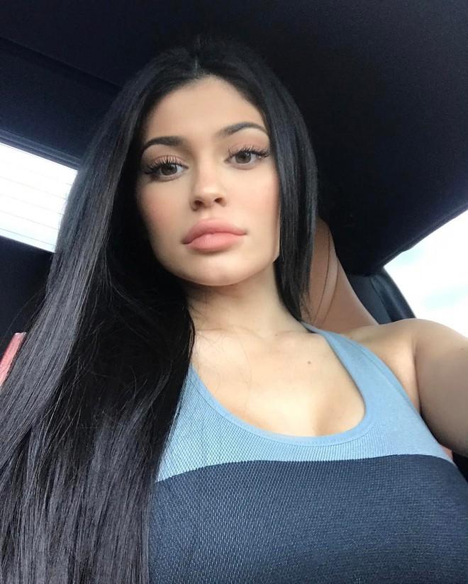 Cả showbiz Việt bây giờ toàn chạy theo phong cách trang điểm mắt đậm môi tều giống Kylie Jenner - Ảnh 6.