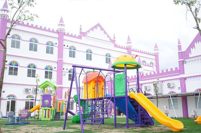 Choáng ngợp trước ngôi trường mầm non màu hồng tím trông như tòa lâu đài cổ tích - Ảnh 13.