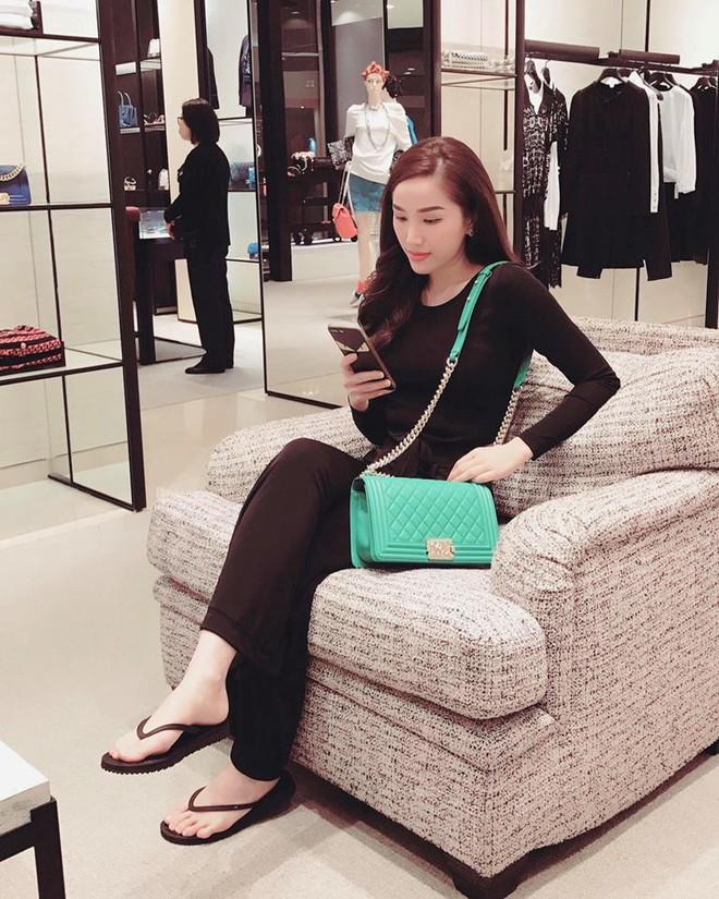 Ngọc Trinh khoe lưng trần mướt mắt ai nhìn cũng mê, Phạm Hương lại trung thành với style kín bưng suốt tuần qua - Ảnh 24.