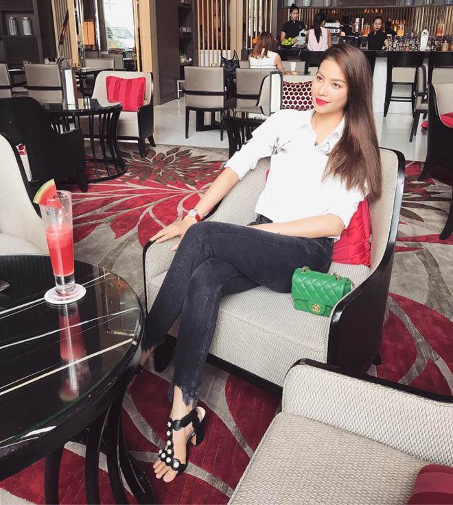 Ngọc Trinh khoe lưng trần mướt mắt ai nhìn cũng mê, Phạm Hương lại trung thành với style kín bưng suốt tuần qua - Ảnh 2.