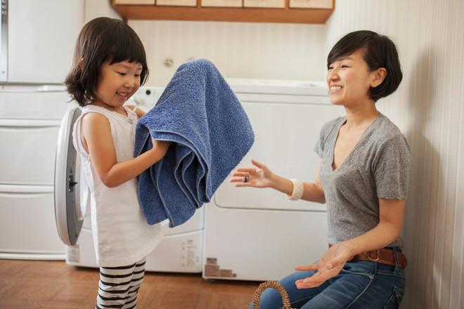 Con gái 2 tuổi đã làm việc nhà thành thạo – bà mẹ này có cách dạy con cực hay - Ảnh 2.