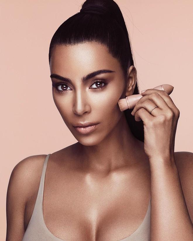 Ra đường có thể quên đánh son, chứ sản phẩm tạo khối thì Kim Kardashian không bao giờ quên - Ảnh 7.