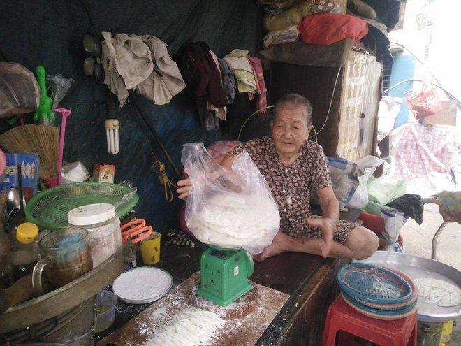 Không nhà cửa, mẹ già gần 100 tuổi tối ngủ ngoài vỉa hè, sáng làm bánh tằm bán kiếm tiền nuôi hai con bệnh tật - Ảnh 12.
