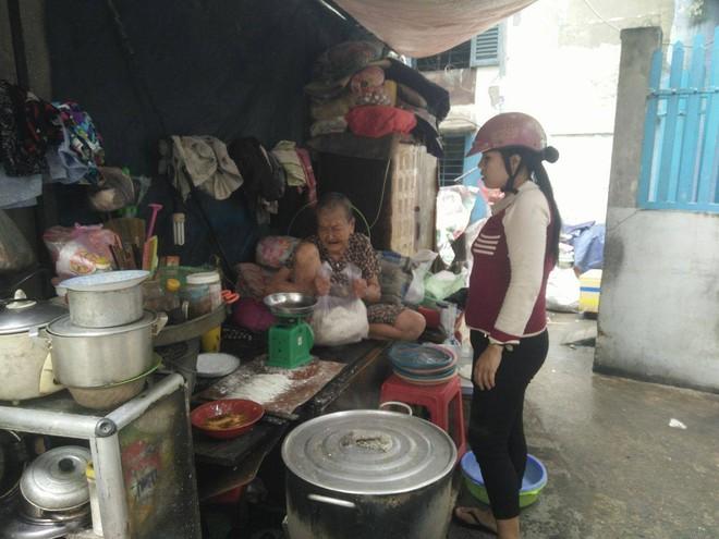 Không nhà cửa, mẹ già gần 100 tuổi tối ngủ ngoài vỉa hè, sáng làm bánh tằm bán kiếm tiền nuôi hai con bệnh tật - Ảnh 13.