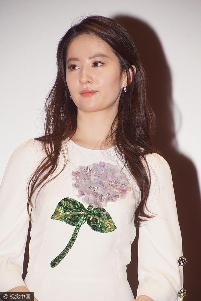 Lưu Diệc Phi diện váy trắng đơn giản, vô tình để lộ mặt kém thon gọn - Ảnh 4.