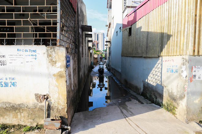 Con ngõ ngập đầy nước cống cho dù Hà Nội có nóng hơn 40 độ C - Ảnh 3.