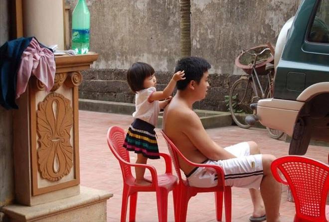 Bố chỉ cần ngồi im một chỗ, tóc sâu tóc bạc để con lo! - Ảnh 1.