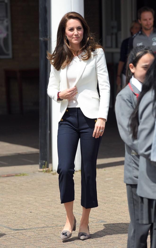 Từ năm ngoái đến năm nay mà set đồ của Công nương Kate vẫn giống y chang nhau - Ảnh 5.