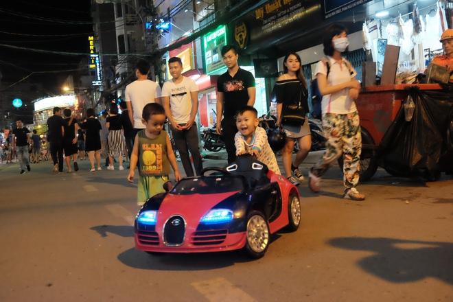 Phụ huynh Sài Gòn thích thú dẫn trẻ nhỏ dạo chơi khi phố Tây Bùi Viện thành phố đi bộ - Ảnh 14.