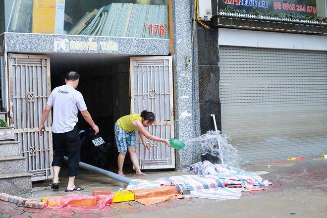 Ảnh hưởng của hoàn lưu bão số 2, Hà Nội mưa lớn, nhiều khu phố đã bị ngập - Ảnh 14.