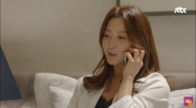 Vừa ly dị chồng, Kim Hee Sun đã vội cặp kè chàng luật sư đẹp trai - Ảnh 1.