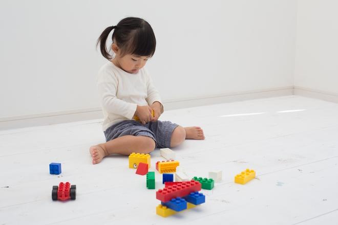Các dấu mốc phát triển ngôn ngữ và nhận thức trẻ cần đạt được khi lên 2 tuổi - Ảnh 3.