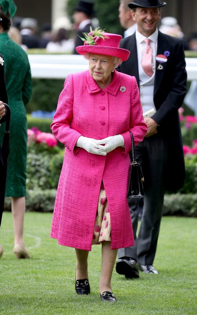 Những quy tắc hoàng gia nghiêm ngặt đằng sau trang phục chóe lọe của Nữ hoàng Anh - Ảnh 2.