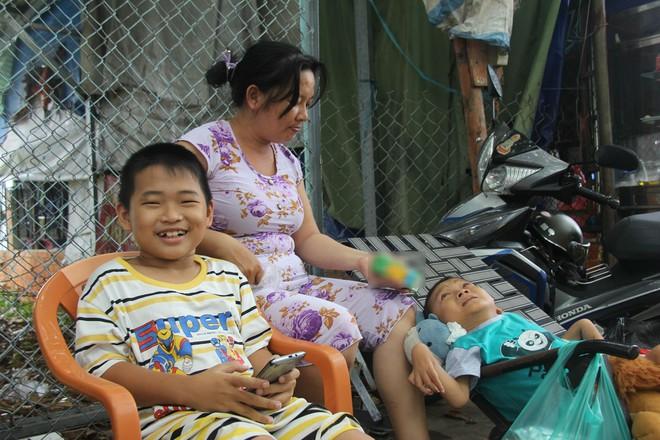 Mồ côi cha, đứa lớn bị bại não, đứa nhỏ đi không được, bám víu trên vai mẹ tật nguyền mưu sinh giữa Sài Gòn - Ảnh 12.
