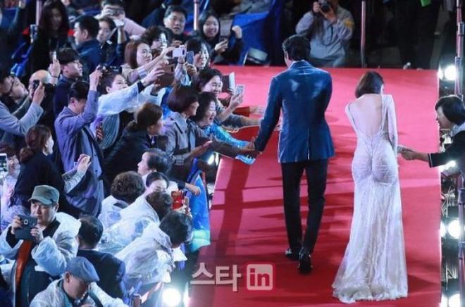 Lần đầu tiên diện đầm hở bạo, Yoona đã bị soi vì váy ôm sát vô tình khiến vòng 3 trở nên nhạy cảm - Ảnh 5.